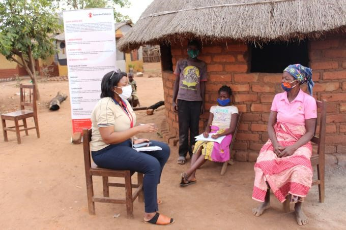 The Provincial Communication and Advocacy Coordinator for Save the Children in Manica, Flávia Gumende, in conversation with Elisa Marizane, Joaquim Serrote's grandmother.